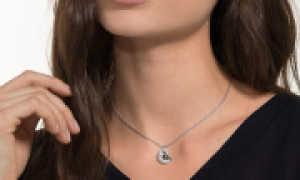 Золотые подвески сердечки: в виде двух половинок, с бриллиантами и камнями сваровски, новинки с фото
